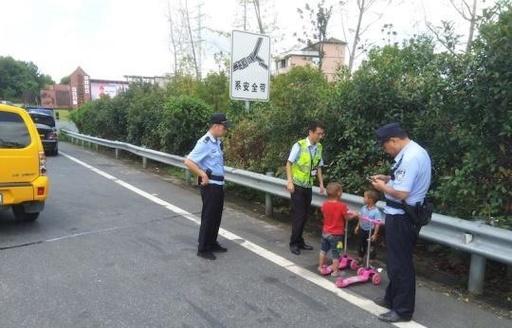 3歳の子供がキックボードで高速道路を走行 中国・浙江省