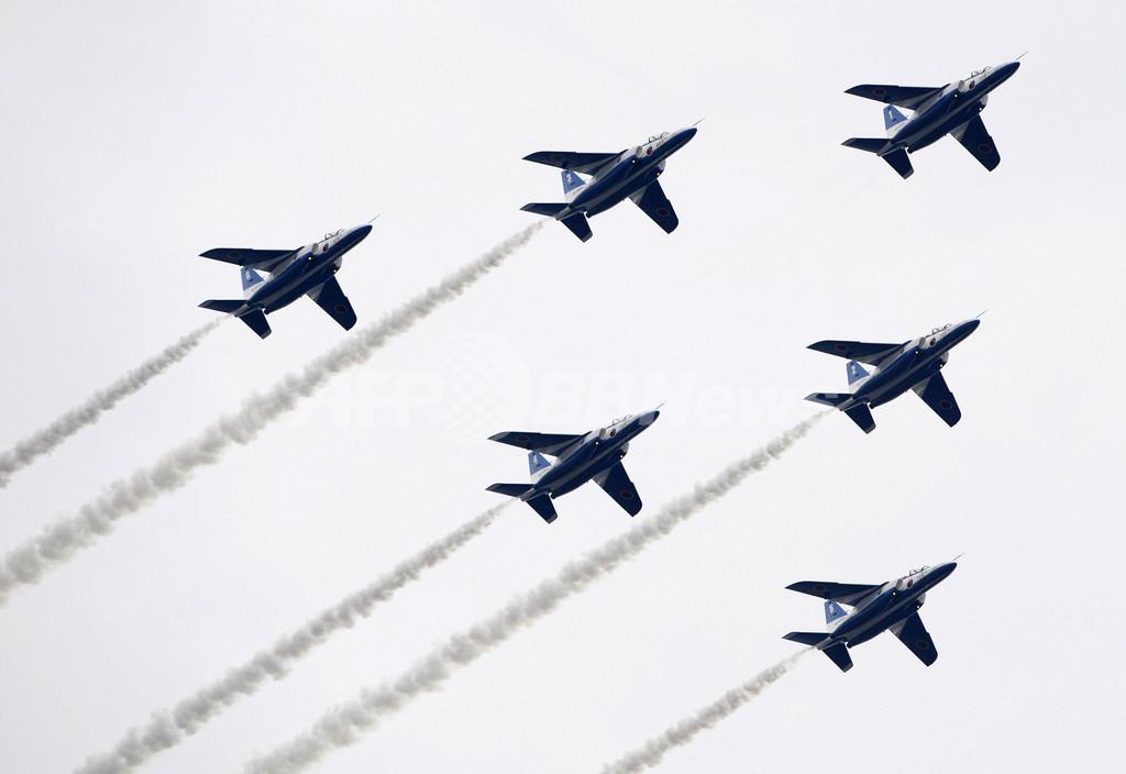 開港150周年記念、横浜でブルーインパルスがアクロバット飛行