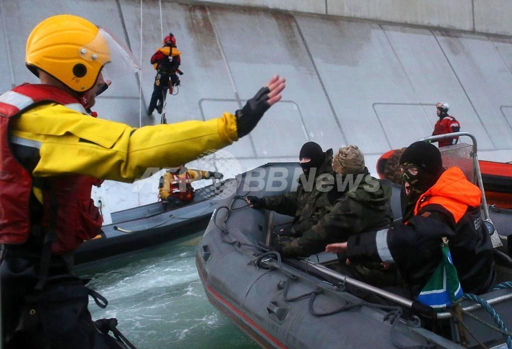 ロシア武装部隊が乗員を船に監禁 グリーンピース発表