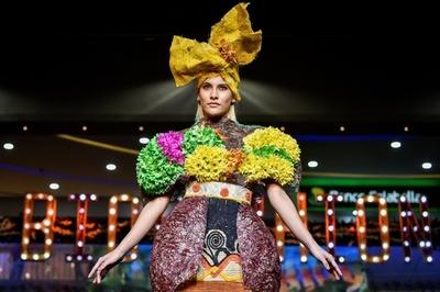 まるで花の精、生花や天然素材のバイオファッションショー コロンビア