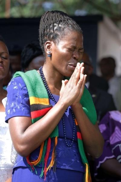通貨急落のザンビア、大統領が国民総動員し「神頼み」