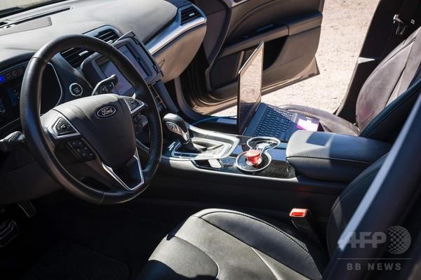 米ウーバー、自動運転車の試験サービス開始 競合他社に先駆け