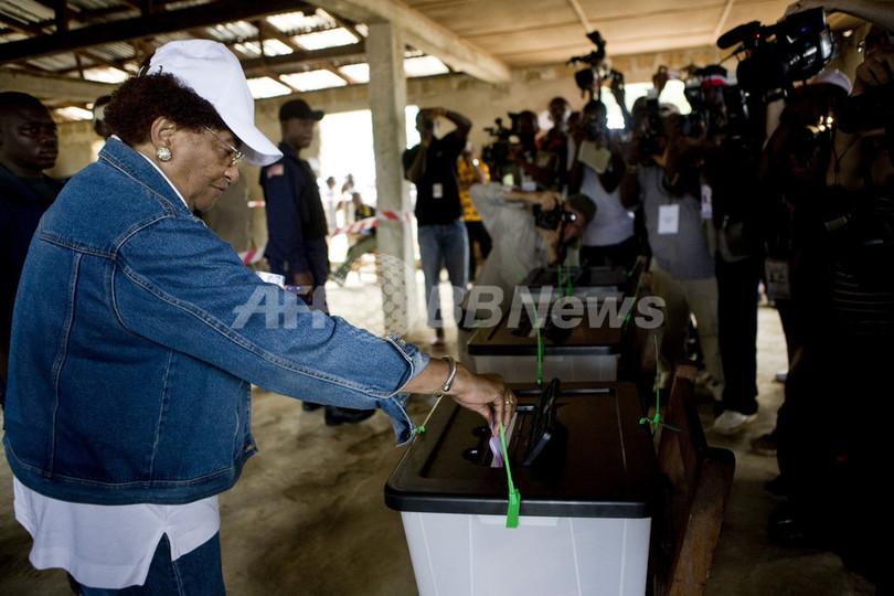 リベリア大統領選、ノーベル平和賞の現職大統領も投票待ちの長蛇の列に