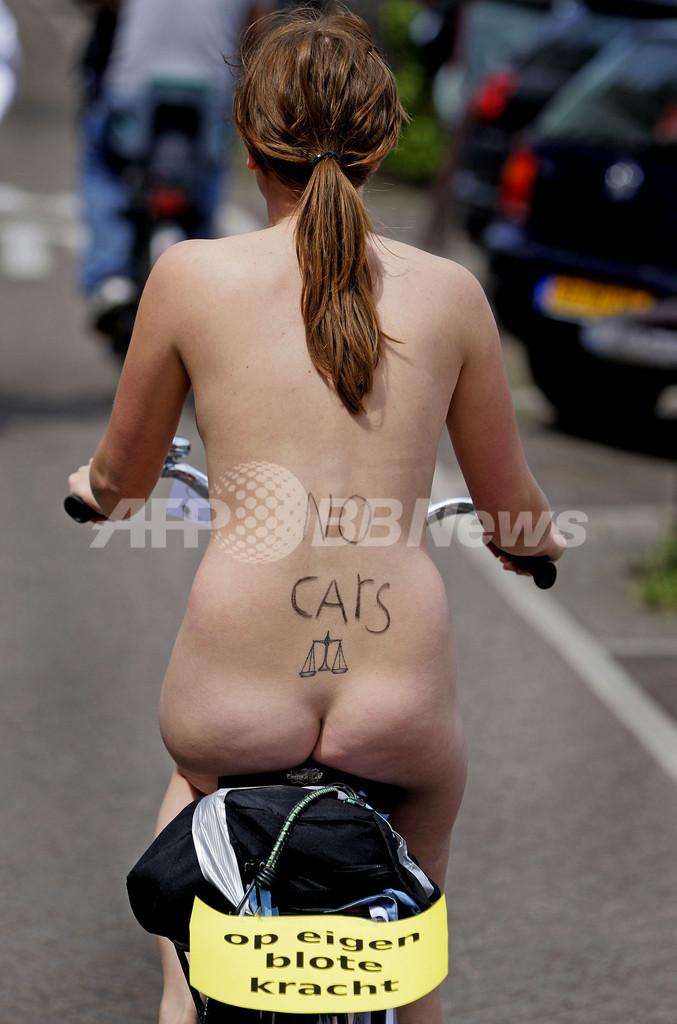 裸で自転車に乗ってアピールするのは…環境保護?