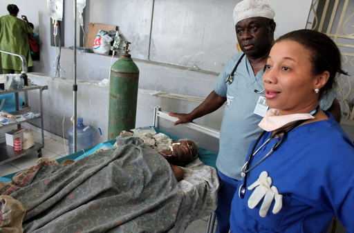 がれきの下から84歳女性と22歳男性を救出、ハイチ大地震