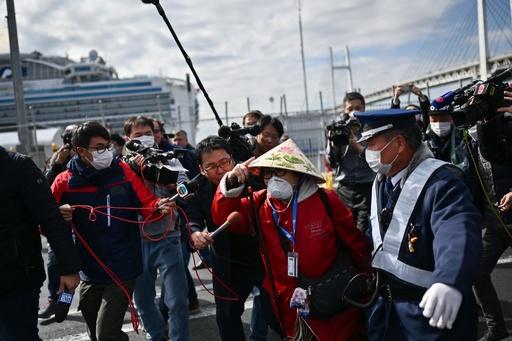 クルーズ船、乗客の下船始まる 検査で陰性の約500人