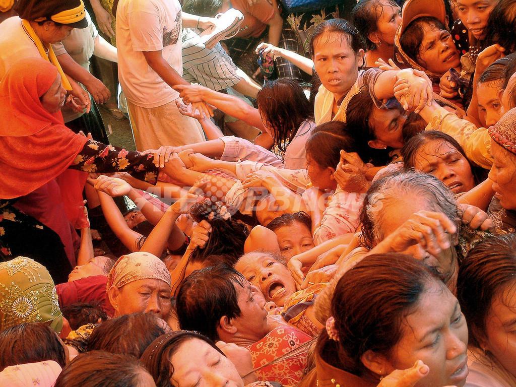 ラマダンの寄付に数千人殺到、将棋倒しで21人死亡 インドネシア 写真3 ...