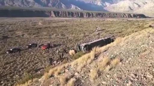 動画:バス事故で3人死亡18人負傷 事故現場の映像 アルゼンチン