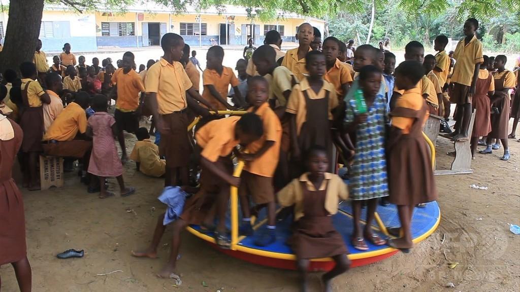 学校の回転遊具で発電、ガーナの島の試み
