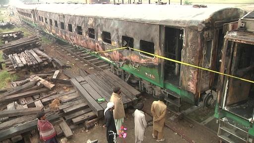 動画:パキスタン列車火災、焼けた車両