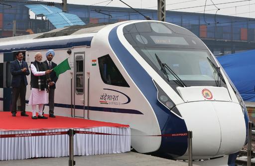 インド初の準高速鉄道、開業直後に牛と衝突 立ち往生