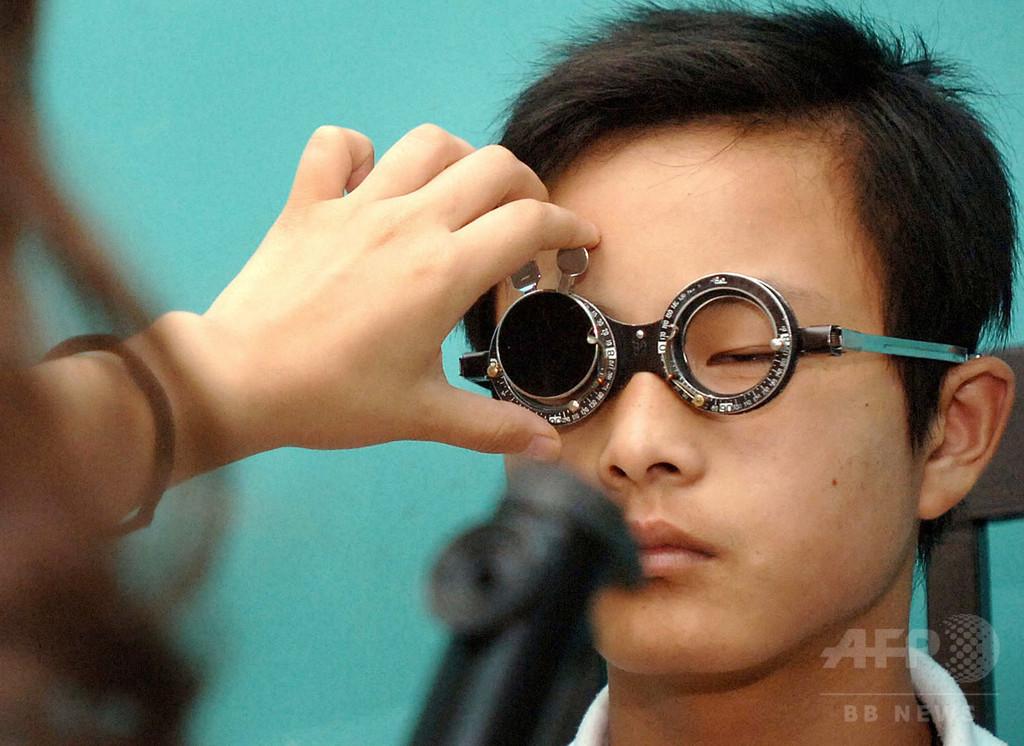 子どもの近視、富裕層により高いリスク 中国