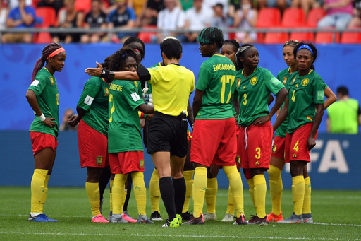 FIFAがカメルーンを処分へ、女子W杯で主審に猛抗議