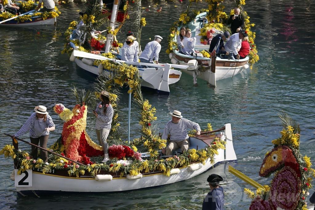 海上を彩る「花々の戦い」、仏南部で伝統のカーニバル開催