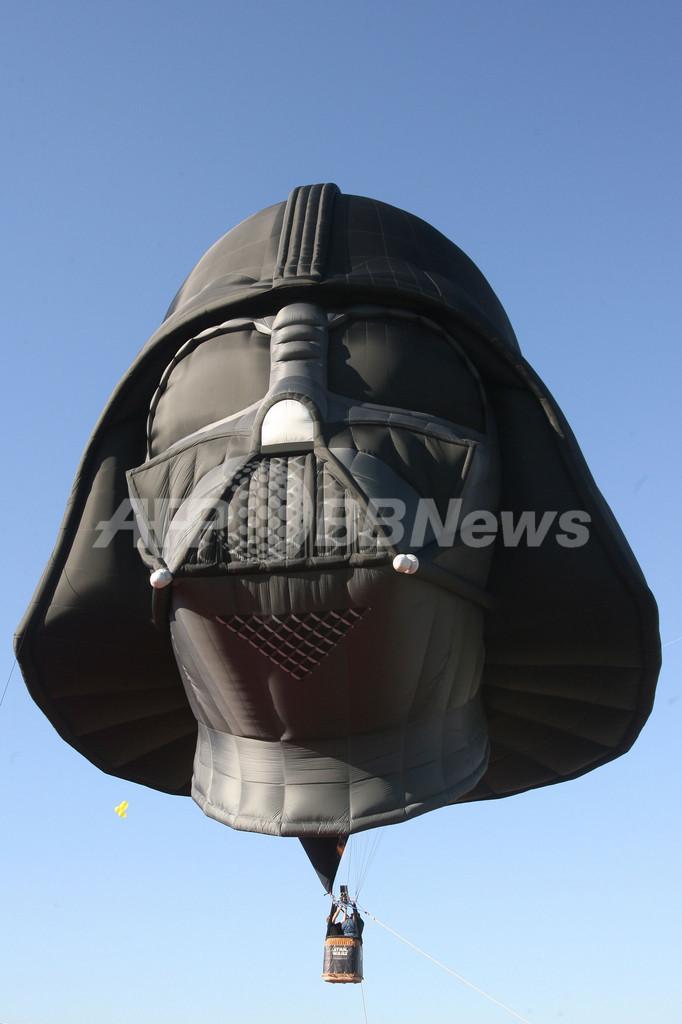 ダース・ベイダー型の熱気球が出現 ベルギー