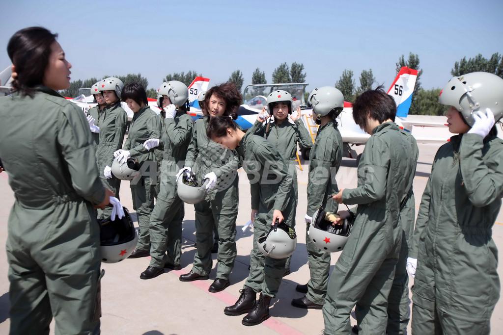 中国初の女性戦闘機パイロット、「レディース」用ヘルメット・制服に笑顔