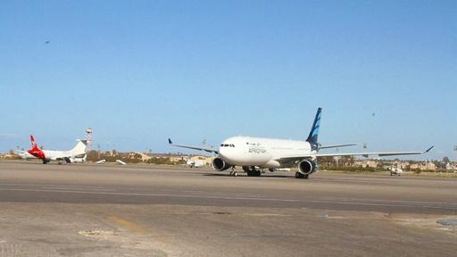 動画:リビア首都、空爆で空港閉鎖 戦闘で3400人避難
