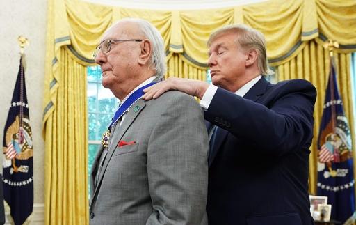 NBAの伝説的選手クージー氏、トランプ大統領が自由勲章授与