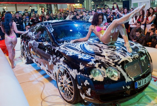 水着姿で洗車披露も…ハンガリーの自動車ショー