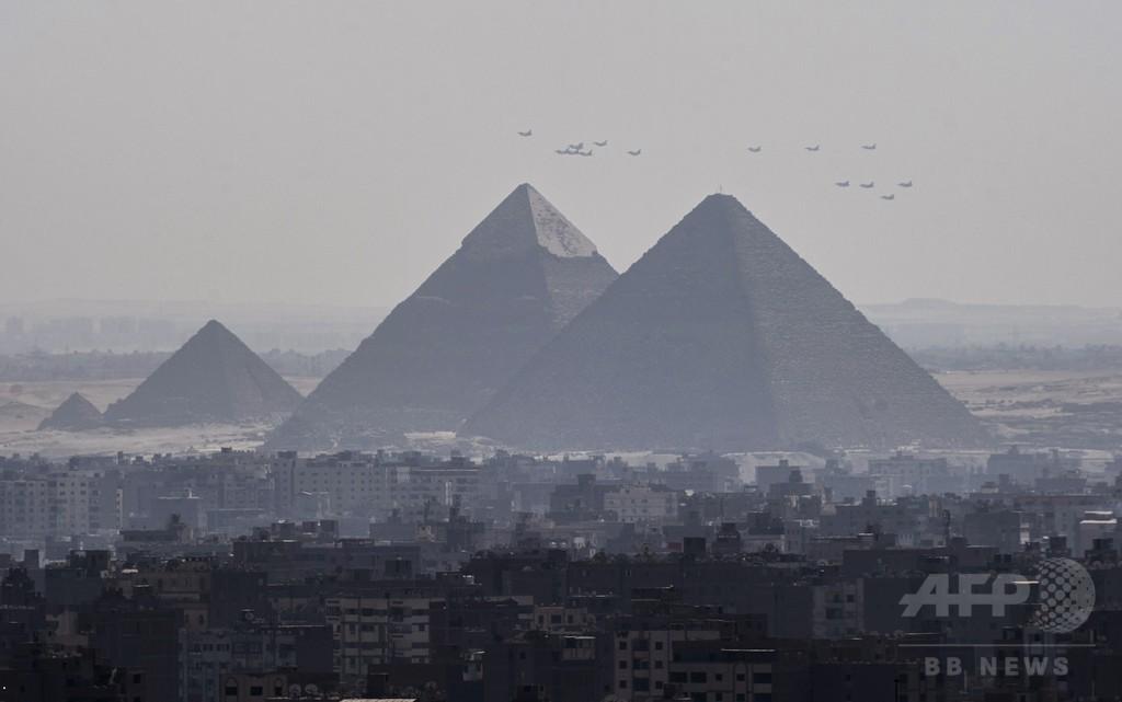 ラファール戦闘機、エジプトに初の引き渡し 首都上空を飛行