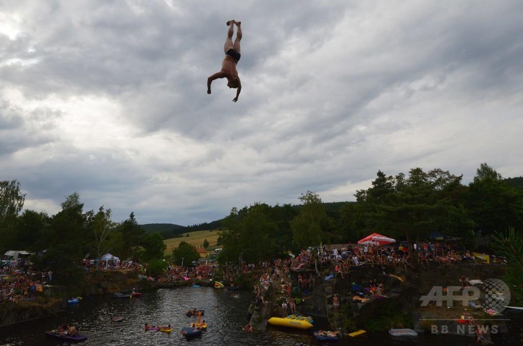 湖に向かって華麗にダイブ! チェコの村で飛び込み大会