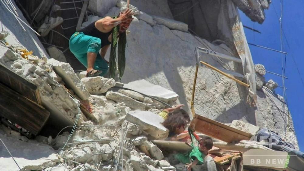国際ニュース:AFPBB News動画:がれきに埋もれ妹をつかむ少女 シリア空爆の写真が話題