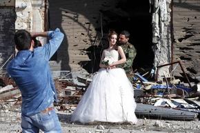 「命は死より強い」 荒廃した街で新婚夫婦の結婚写真 シリア