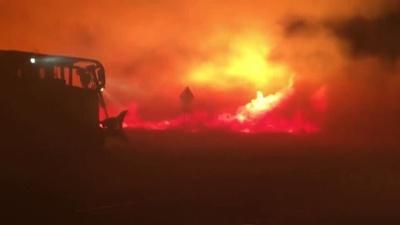 動画:燃え盛る炎と闘う消防隊員ら、懸命の鎮火活動 米カリフォルニア