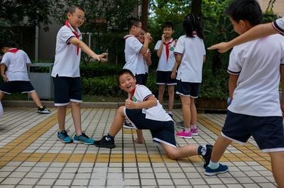 チップ内蔵の「スマート制服」、児童・生徒のずる休み防止で導入 中国