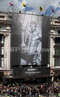 デビッド・ベッカム起用「アルマーニ」下着の巨大新広告、ロンドンでお披露目