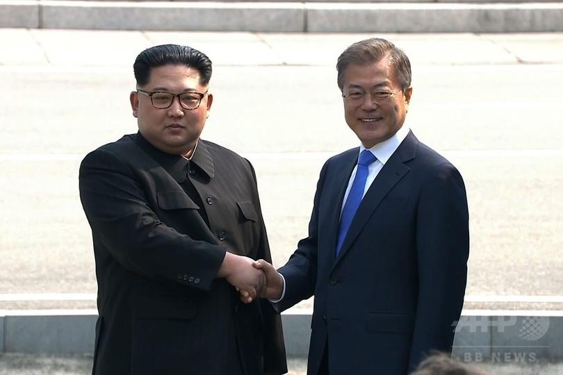 南北首脳会談、両首脳が非武装地帯で握手
