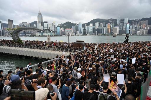 香港で再び大規模デモ、本土とつながる高速鉄道駅に向け行進