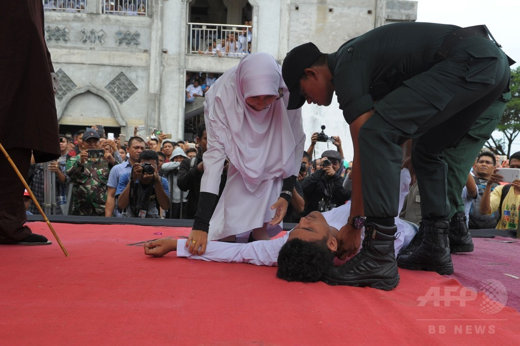 女性に近接し公開むち打ち刑、執行中に男性卒倒 インドネシア