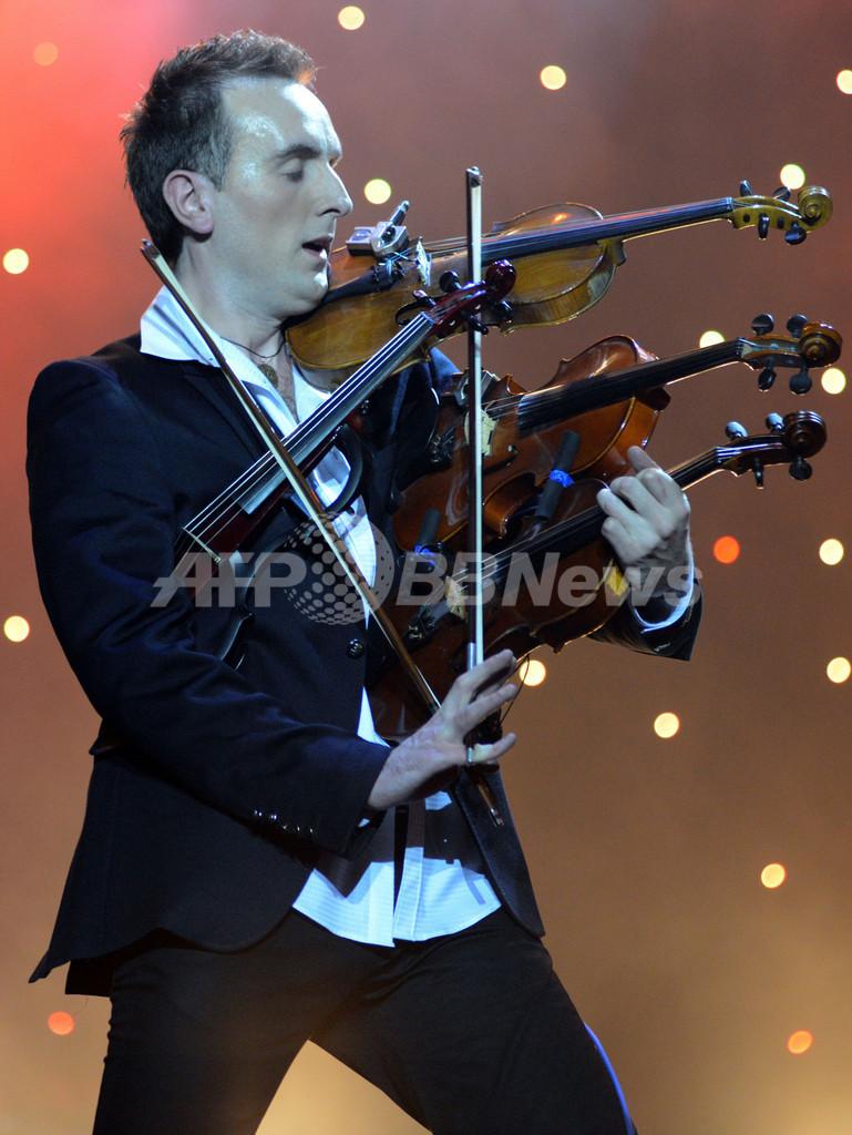神業?4つのバイオリンを同時に演奏、ウクライナ