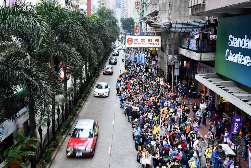 香港で民主派が反中デモ、新駅での本土法適用に抗議