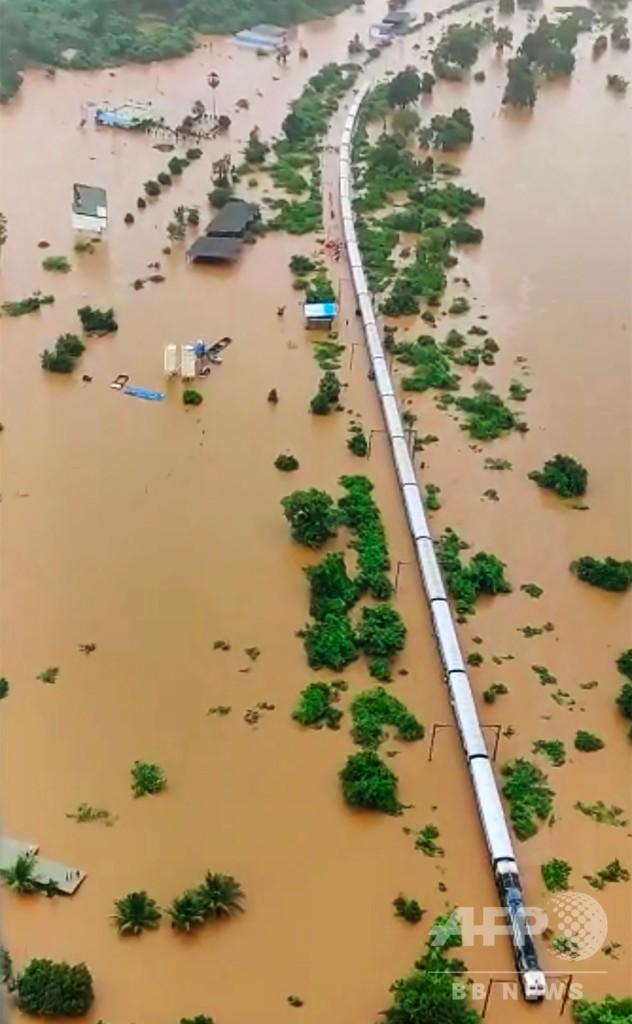 列車が洪水で立ち往生、インド海軍が乗客800人の救助作戦展開