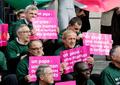 「うちの両親はゲイ、だから何?」 同性カップルの子育てめぐり揺れるフランス