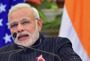 インド首相、自分の名前入ったスーツ着用 ネット上では失笑