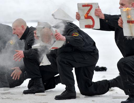 先輩は瓦割りで歓迎?ベラルーシ新兵の宣誓式