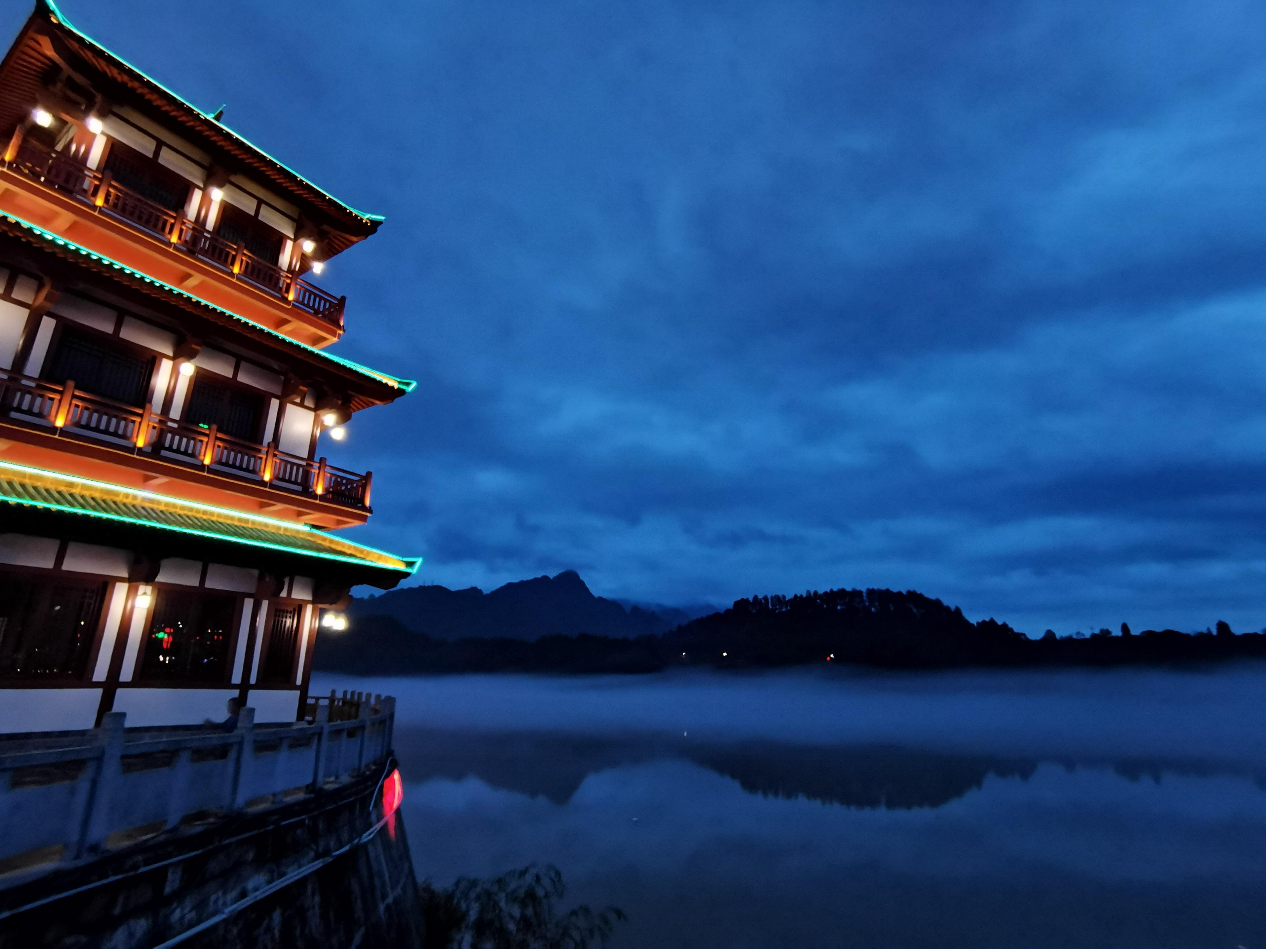 神秘の雲霧に包まれた酉水の風景を満喫 湖南省