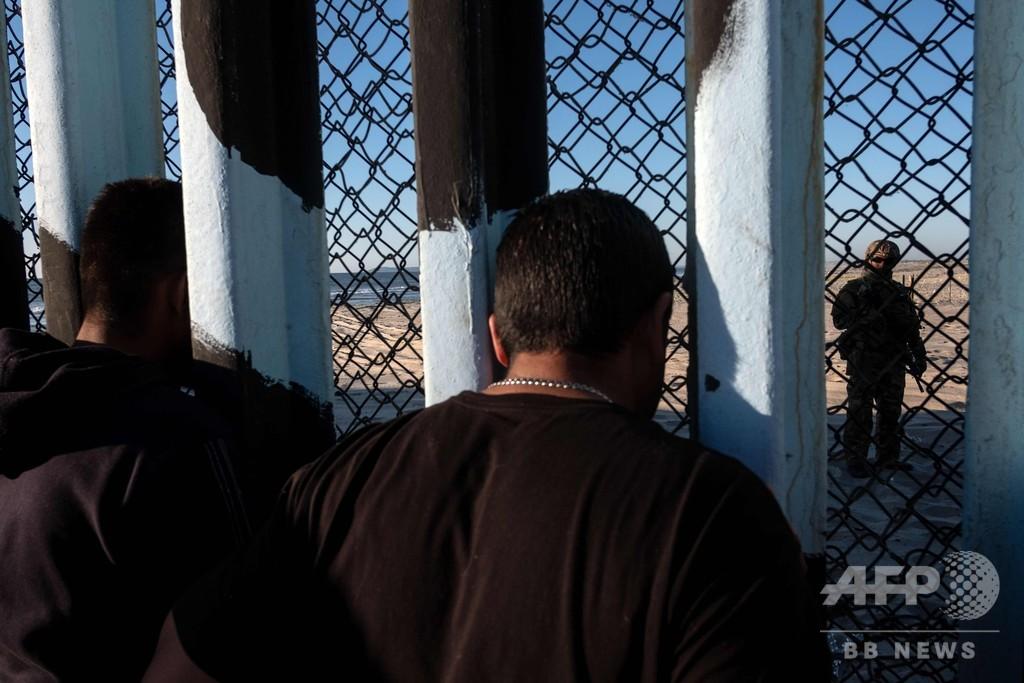 移民キャラバン、対米国境に続々到着 フェンス越え拘束される人も