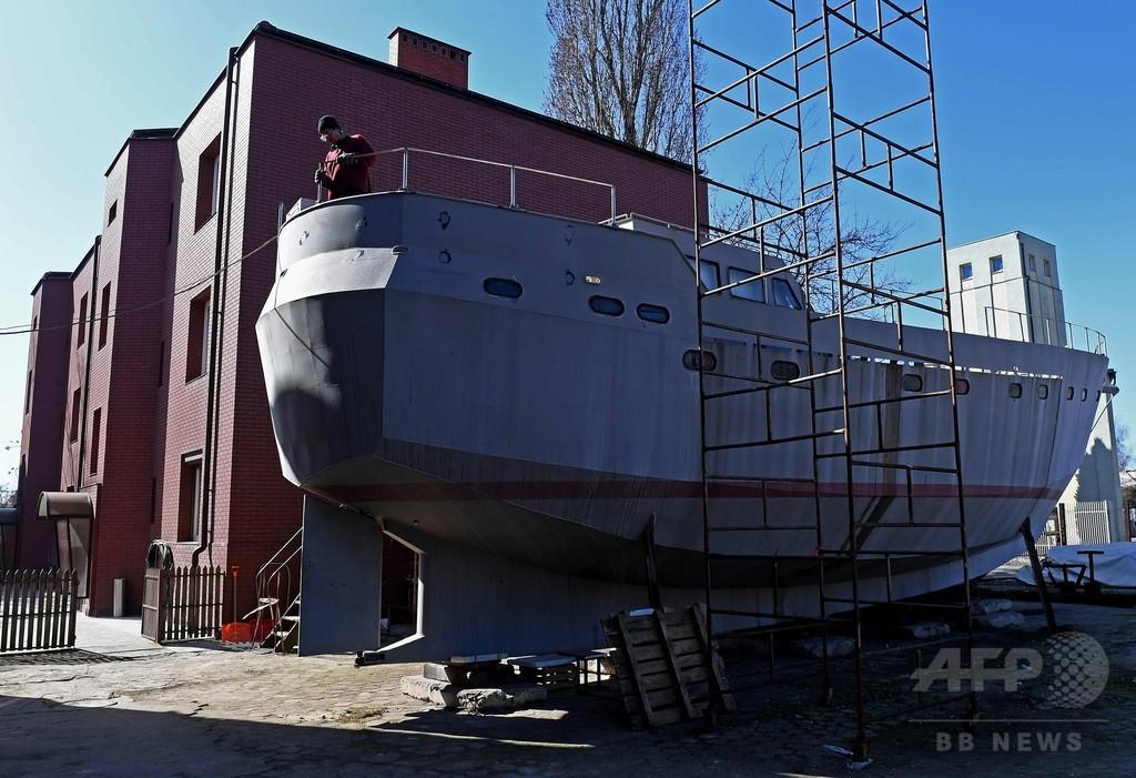 「必ず完成させます」、神父への約束胸に船をつくるホームレスたち