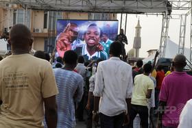 サッカーのTV観戦中に高圧線落下、7人が感電死 ナイジェリア