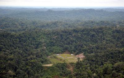 ペルー先住民がパイプライン切断、アマゾンで原油8000バレル流出