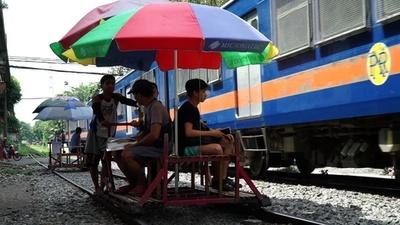 動画:庶民の足は危険と隣り合わせ、線路を走る「乗り合いトロッコ」 マニラ