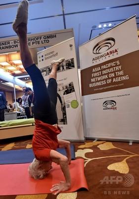 92歳の体操選手が演技披露、シンガポールのビジネスフォーラムで