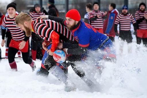 雪まき散らしタックル! 極寒のロシアで熱いラグビー試合
