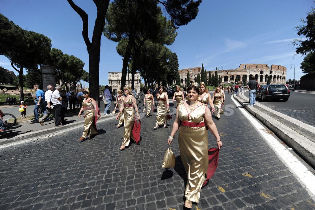 ローマの「誕生日」を祝う再現パレード
