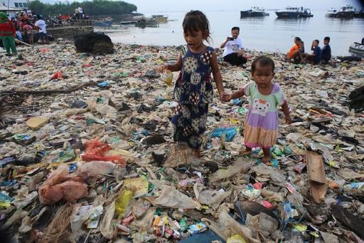プラスチックの山が広がる海岸、30トンのごみ回収 インドネシア・スマトラ島