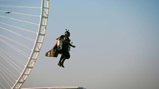 動画:ドバイの空に「ジェットマン」登場、上空1800メートルまで一気に上昇